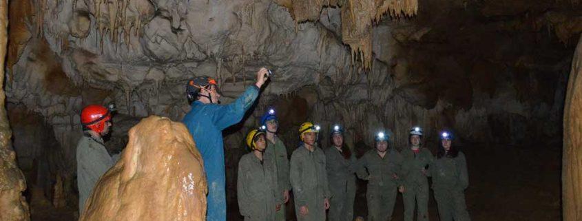 Grupo haciendo Espeleologia en Asturias