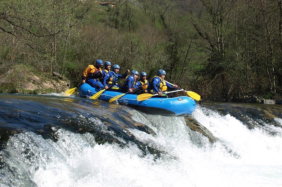 Grupo con monitor haciendo Rafting en Asturias