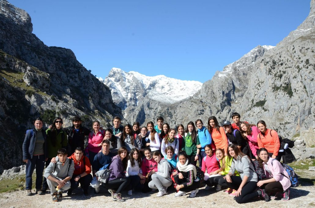 Grupos guiado por K2 Aventura en la ruta de senderismo de Poncebos a Caín, río Cares en Asturias