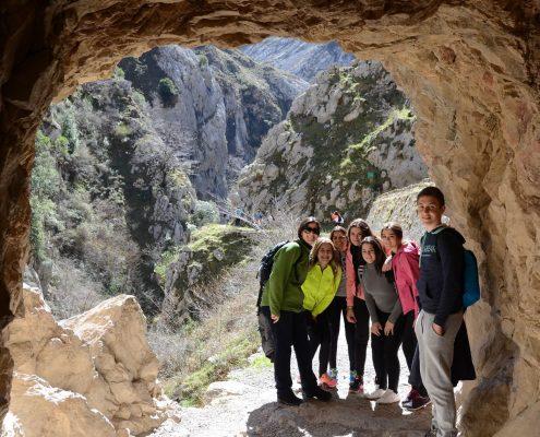 Personas en una cueva natural en la ruta del río Cares