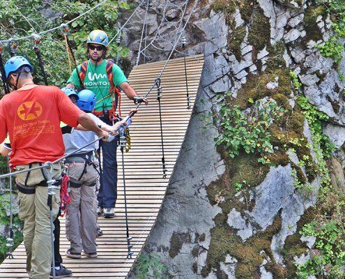Padre e hijo con el monitor de Ferratas del parque de avnetura natural en Asturias