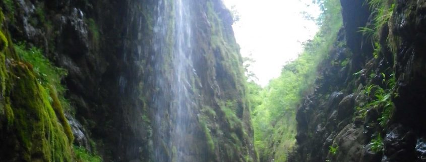 Practicando el barranquismo o descenso de cañones en Asturias