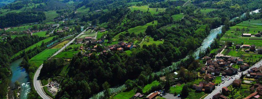 Vista aérea del Centro de actividades de K2 Aventura en Cangas de Onís, Asturias