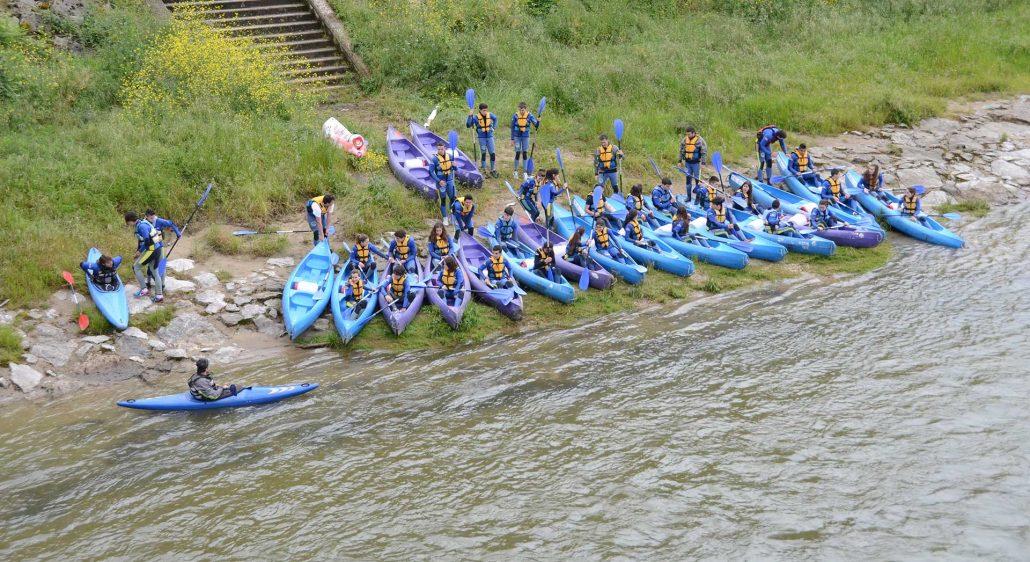 Preparados para botar las canoas al río