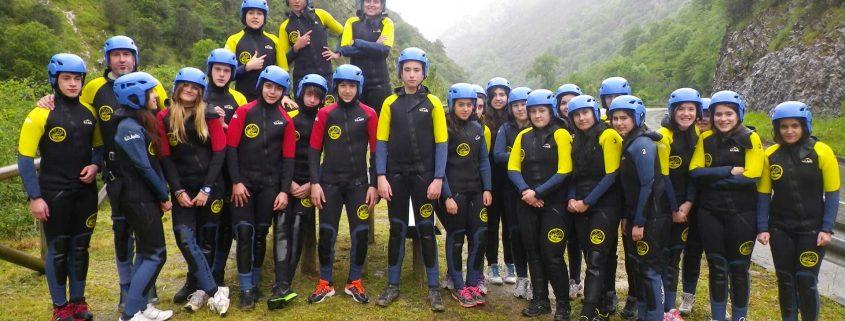 Grupo de colegio en actividad de barranquismo organizado por K2 Aventura