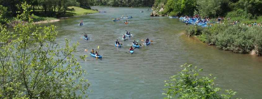 Vista del río Sella con las canoas de K2 Aventura al fondo