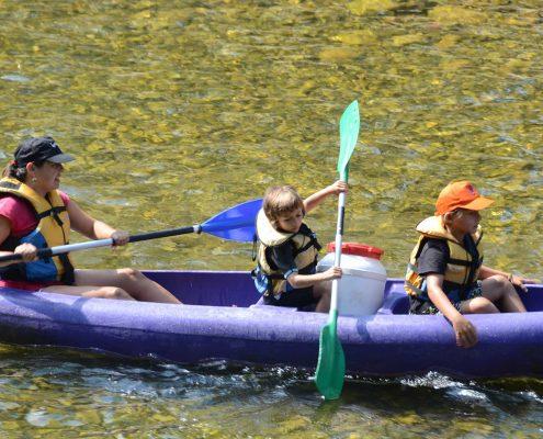 Niños aprendiendo a palear en la canoa