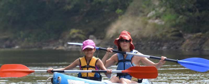 Madre e hijo disfrutando en la canoa del mejor descenso del Sella