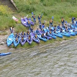 Grupos de personas para bajar el Sella en Canoa