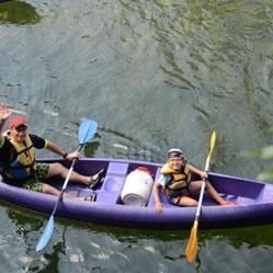 Un padre en la canoa con su hijo menor de 12 años