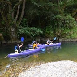 Tres canoas de dos plazas bajando el río Sella
