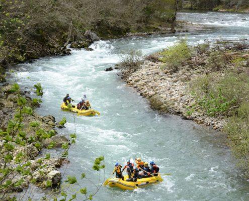 Dos lanchas de K2 haciendo rafting en el río Sella
