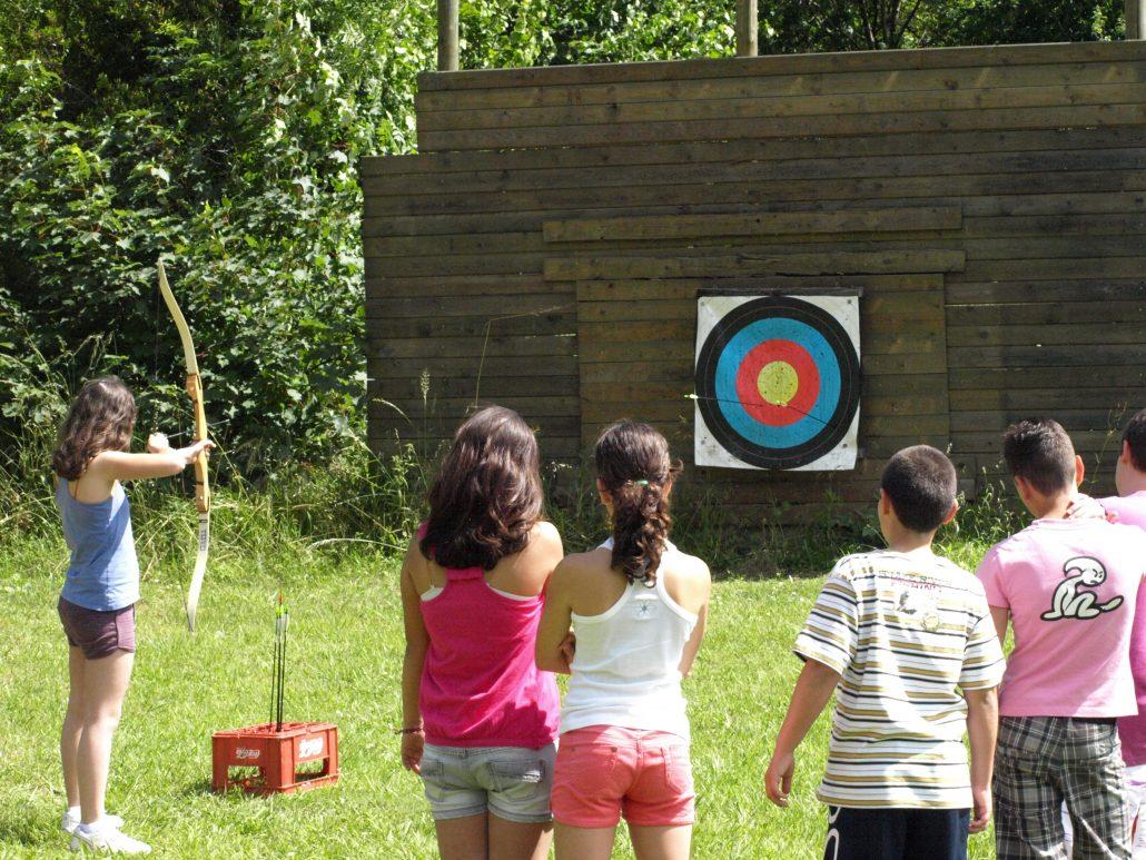 Alumnos aprendiendo tiro con arco